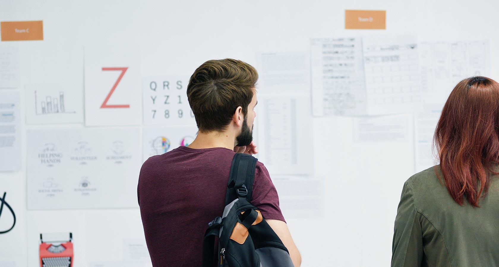 Los diseñadores colaboran en equipo en el tablero de ideas