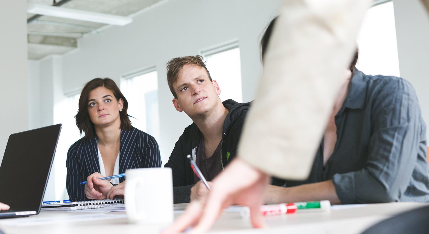 Diseñadores haciendo preguntas como parte de un marco de pensamiento de diseño