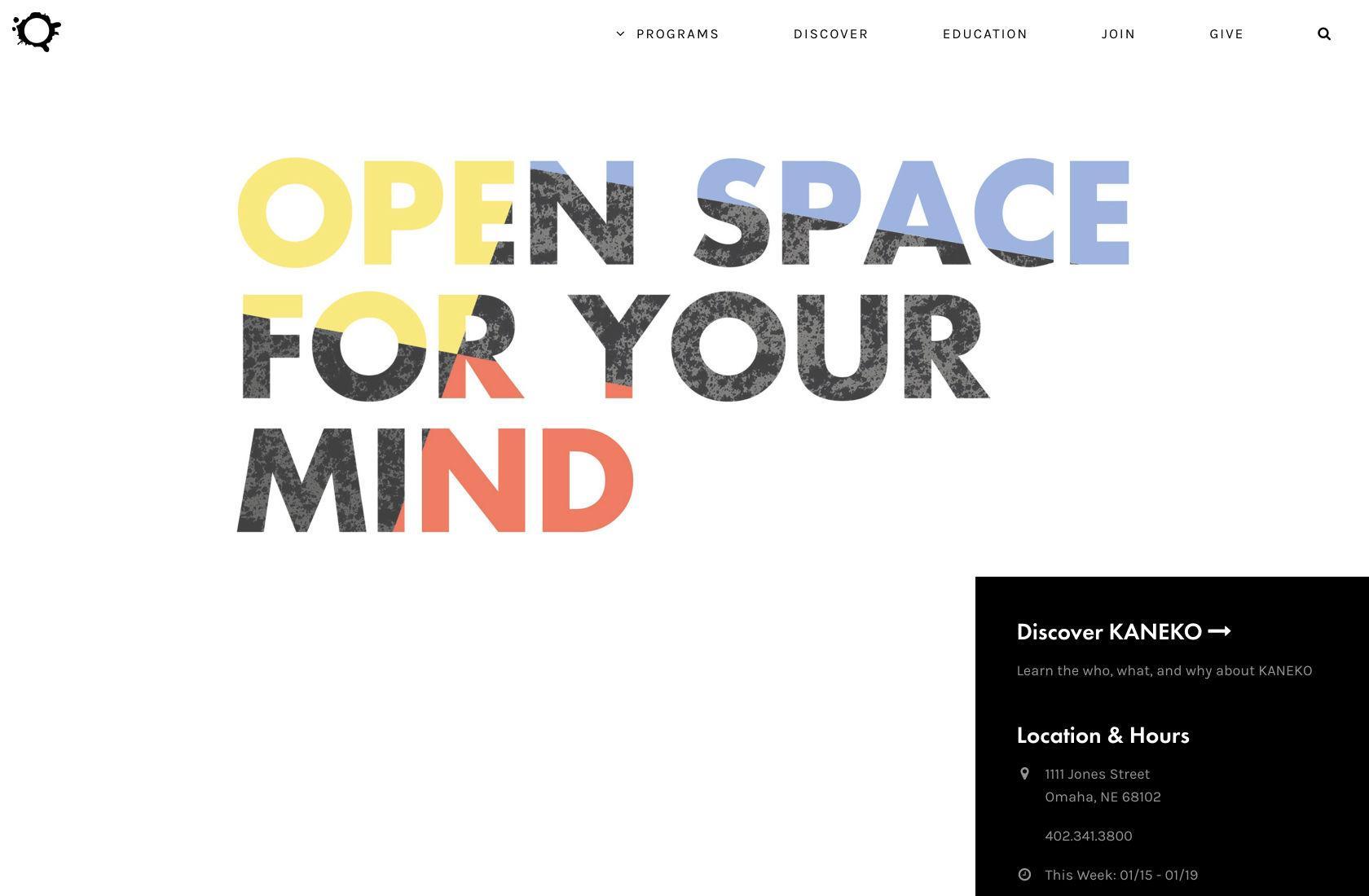 Tipografi besar membedakan desain UI minimalis.